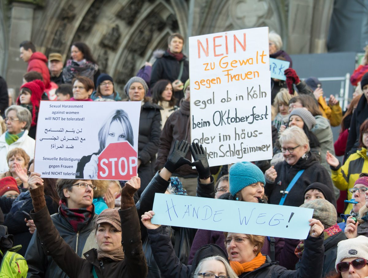 Flashmob gegen Männergewalt, Köln 2016 - By Elke Wetzig (Own work) [CC BY-SA 4.0 (http://creativecommons.org/licenses/by-sa/4.0)], via Wikimedia Commons